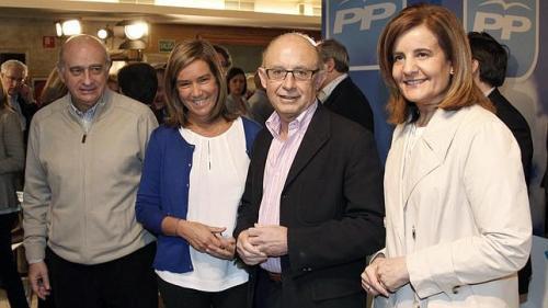 Las ministras Ana Mato y Fátima Báñez acompañadas de otros miembros del gobierno del PP