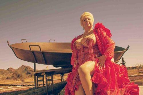 Rosita Amores es contratada por la Generalitat Valenciana para distraer a los ancianos. En cuentas poco claras.