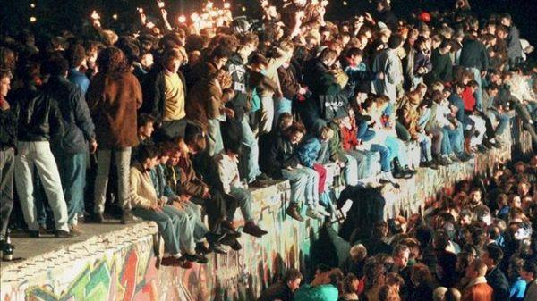 Centenares de personas en el Muro el 9 de Noviembre de 1989