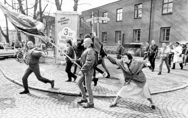 Fue foto del año en Suecia en 1985. Una mujer se enfrenta a bolsazos a una manifestación fascista en Vaxjo