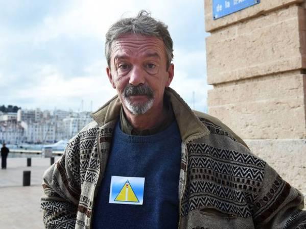 Marsella: Personas sin hogar obligados a llevar este triángulo identificativo
