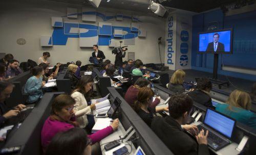 Rajoy comparece a través de un monitor de plasma. Ese día se dio un paso más para humillar al periodismo.