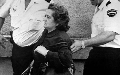 Una de las hermanas Izquierdo, Ángela, en la estación de Badajoz, a la que llegó escoltada por policías en el expreso Guadiana Madrid-Badajoz. Foto: Florencio González/EFE.