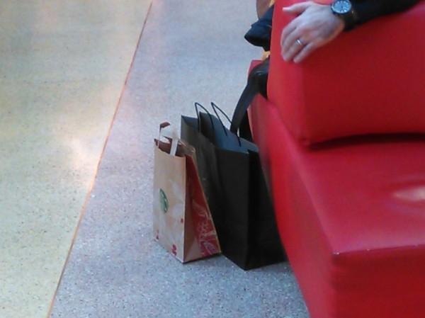 bolsas.señor.sentado