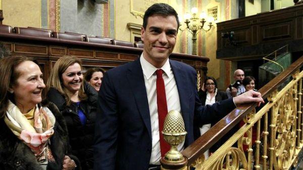 Pedro-Sanchez-pasillos-Congreso-sonrisas_EDIIMA20160303_0668_4