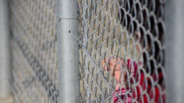 niña.refugiada.valla