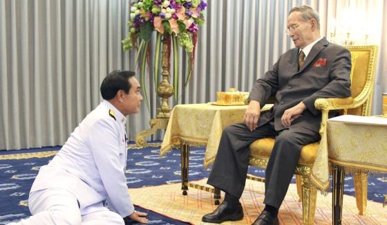 tailandia-chan-ocha-se-postra-ante-el-rey-efe