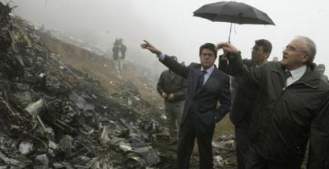 Federico Trillo, entonces Ministro de Defensa,  en el lugar del accidente bajo paragüas